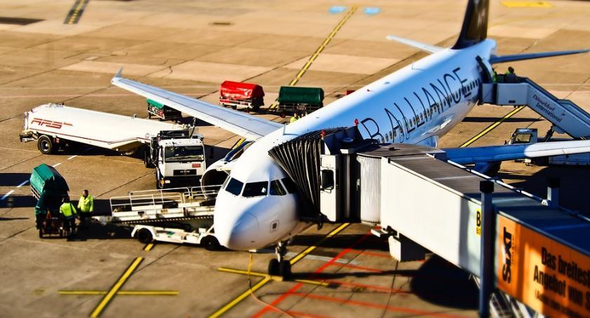 Lotniska, Samolot zrzucił paliwo Warszawą lądował lotnisku Chopina - zdjęcie, fotografia