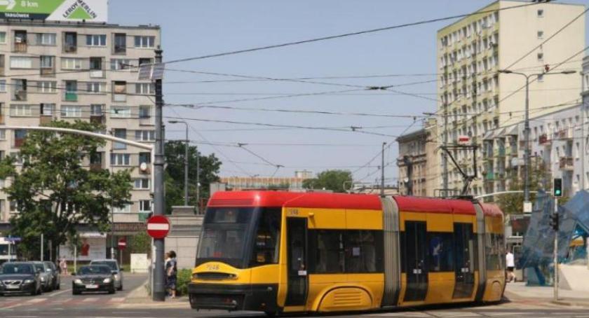 Tramwaje, Uderzył kontrolera uciekł tramwaju - zdjęcie, fotografia