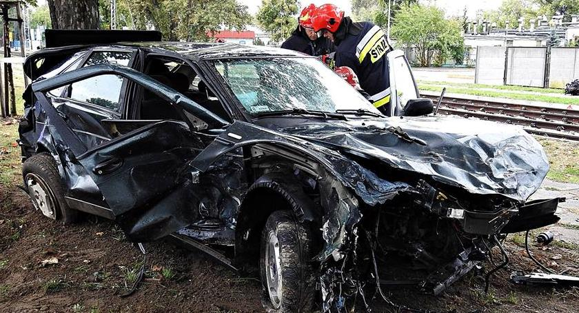 Wypadki, jechał szybko uszkodził zgubił silnik zatrzymał drzewie [ZDJĘCIA] - zdjęcie, fotografia