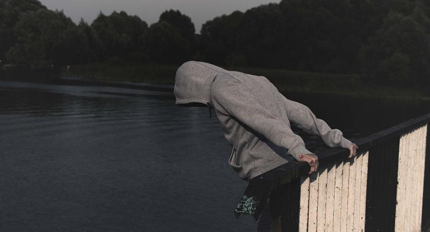 Bezpieczeństwo, latka chciała skoczyć mostu Kolejna próba samobójcza - zdjęcie, fotografia