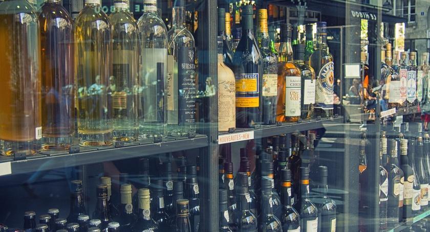 Bezpieczeństwo, Łomianki podczas kupowania alkoholu zamieniali kreskowe - zdjęcie, fotografia