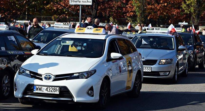 Protesty i manifestacje, południe protest taksówkarzy! Zablokują centrum miasta! - zdjęcie, fotografia
