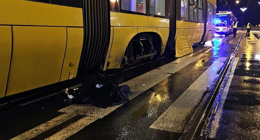 Wypadki, Potrącony przez samochód wpadł tramwaj - zdjęcie, fotografia