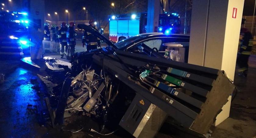 Wypadki, Łomianki Wjechał dystrybutor rozwalił uciekł - zdjęcie, fotografia