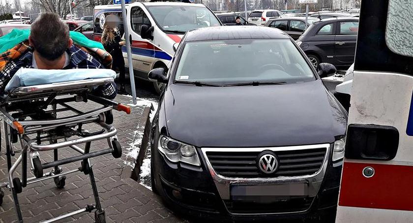 Bezpieczeństwo, Bezmyślność kierowców granic zaparkowane miejscu karetek [ZDJĘCIA] - zdjęcie, fotografia