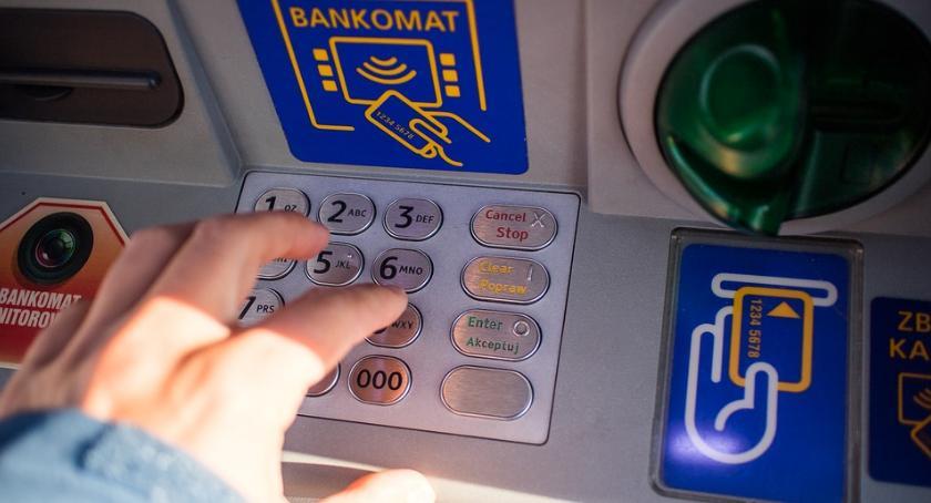 Kradzieże i Rozboje, Uważajcie podejrzane naklejki bankomatach Można sporo stracić - zdjęcie, fotografia