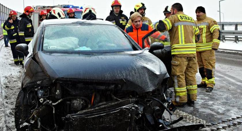 Wypadki, Poślizg łuku drogi Jedna osoba ranna [ZDJĘCIA] - zdjęcie, fotografia