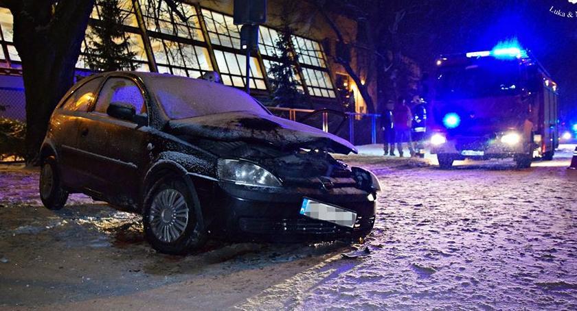 Wypadki, Pijany wsiadł kierownicę Podróż zakończył drzewie [ZDJĘCIA] - zdjęcie, fotografia