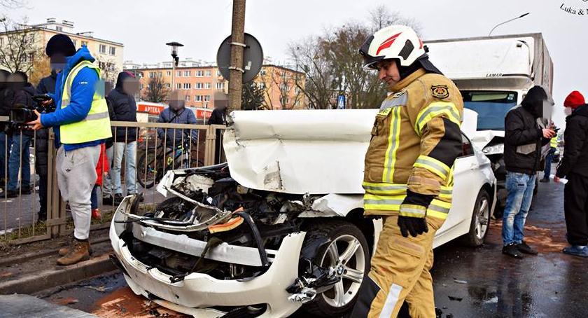Wypadki, Zderzenie trzech Jedna osoba ranna [ZDJĘCIA] - zdjęcie, fotografia