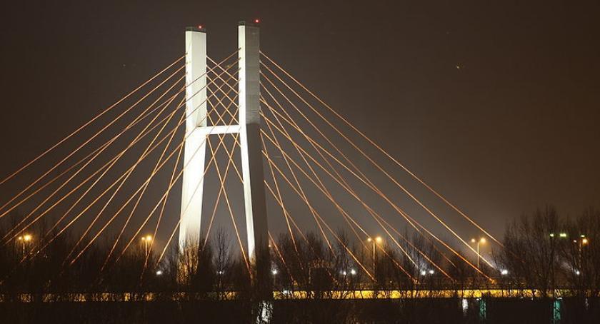 Wypadki, Spadające mostu Siekierkowskiego płaty śniegu uszkodziły kilka samochodów - zdjęcie, fotografia
