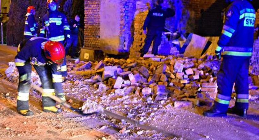 Bezpieczeństwo, Ściana runęła chodnik ulicę - zdjęcie, fotografia