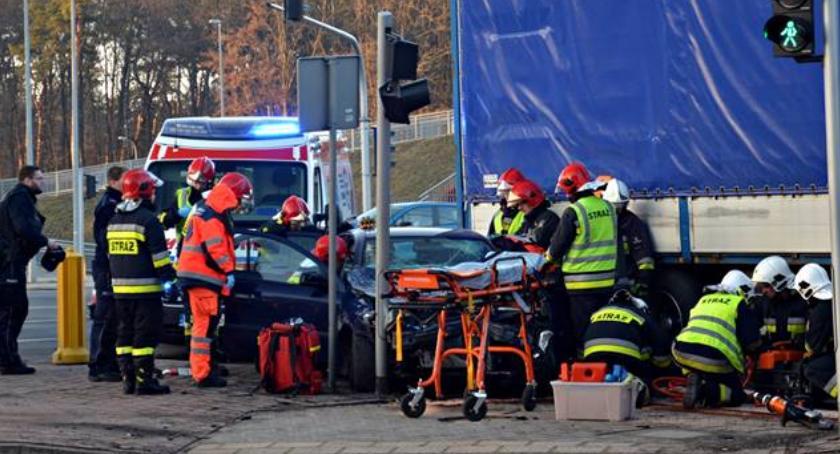 Wypadki, Samochód osobowy wjechał ciężarówkę [ZDJĘCIA] - zdjęcie, fotografia