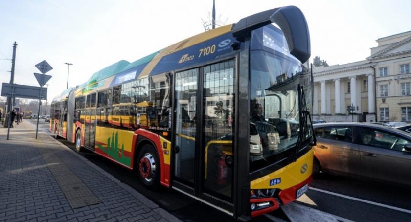 Transport publiczny - komunikacja, nowych elektrobusów ulicach Warszawy - zdjęcie, fotografia
