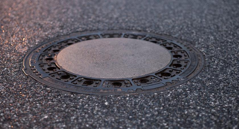 Bezpieczeństwo, Mała wielka rzecz studzienki kanalizacyjne poprawy jeszcze - zdjęcie, fotografia