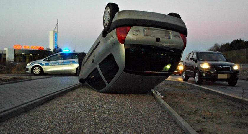 Wypadki, Wyprzedzał wypadł drogi dachował [ZDJĘCIA] - zdjęcie, fotografia