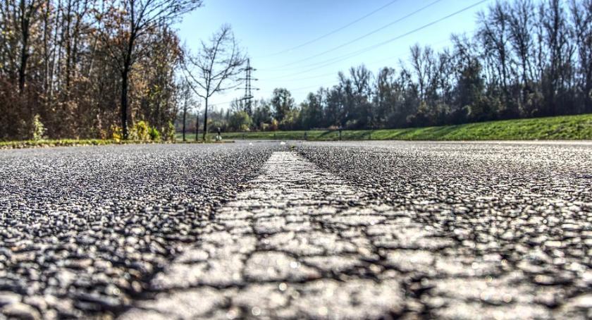 Ulice – place , problem kierowców awarie studzienek - zdjęcie, fotografia