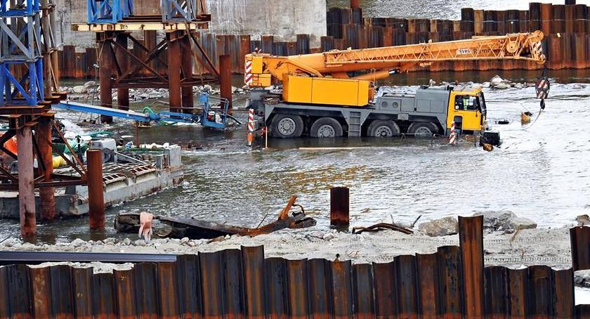 NEWS, Remont Mostu Gdańskiego barka dźwigiem schodzi wodę [ZDJĘCIA] - zdjęcie, fotografia