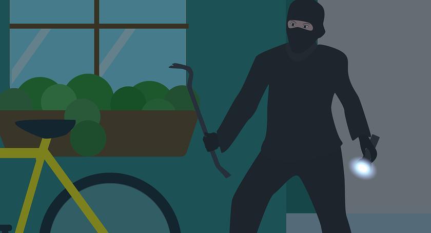 Kradzieże i Rozboje, Okradł kiosk zapomniał śladach telefonie karcie płatniczej - zdjęcie, fotografia