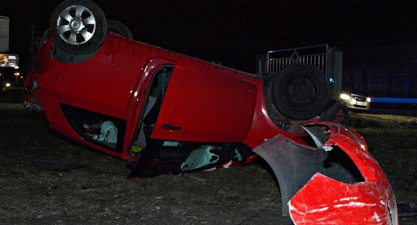 Wypadki, Poślizg wyrzucenie drogi dachowanie Jedna osoba ranna [ZDJĘCIA] - zdjęcie, fotografia