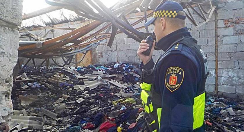 Pożary, Pożar magazynu ubraniami bezdomnych - zdjęcie, fotografia