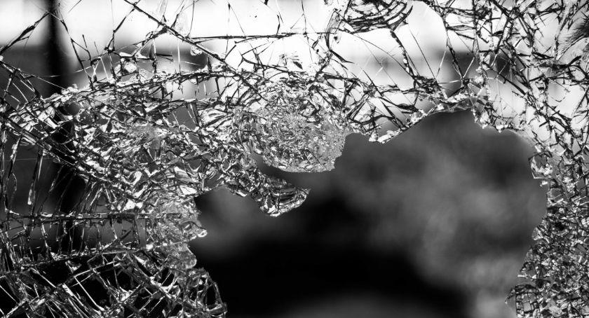 Wypadki, Samochód uderzył barierę mostem utrudnienia - zdjęcie, fotografia
