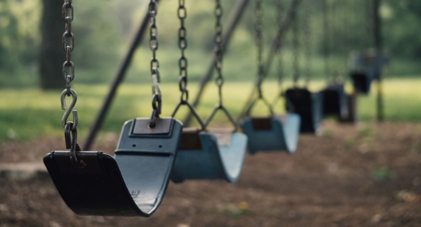Dzieci i młodzież, zabaw Agrykoli zepsuty niebezpieczny - zdjęcie, fotografia