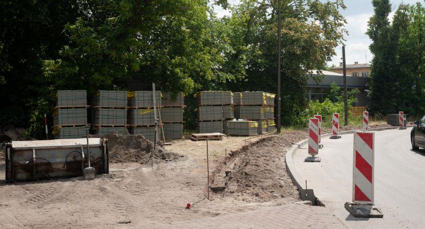 Drogi, Powstają antysmogowe chodniki Wawrze - zdjęcie, fotografia