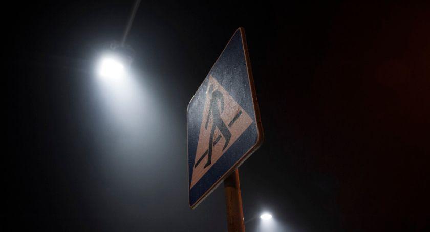 Drogi, przejść pieszych doświetlonych jeszcze - zdjęcie, fotografia