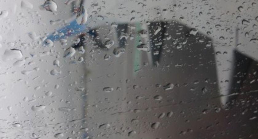 Ulice – place , Przez deszcz zapadła ziemia - zdjęcie, fotografia