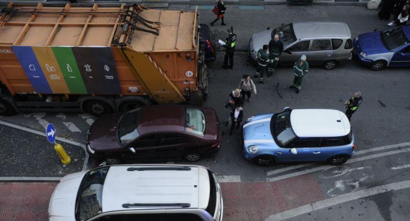 Ulice – place , Śmieciarka utknęła zupełnie niepotrzebnie - zdjęcie, fotografia