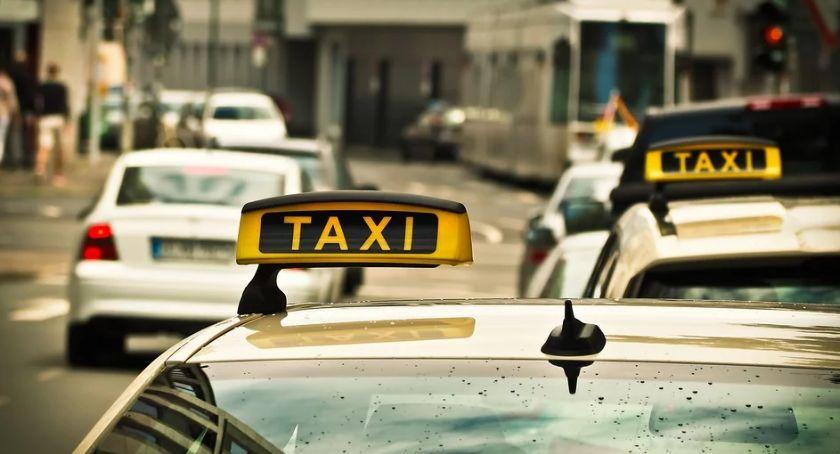 Taksówki, taksówkarze egzaminu topografii miasta - zdjęcie, fotografia