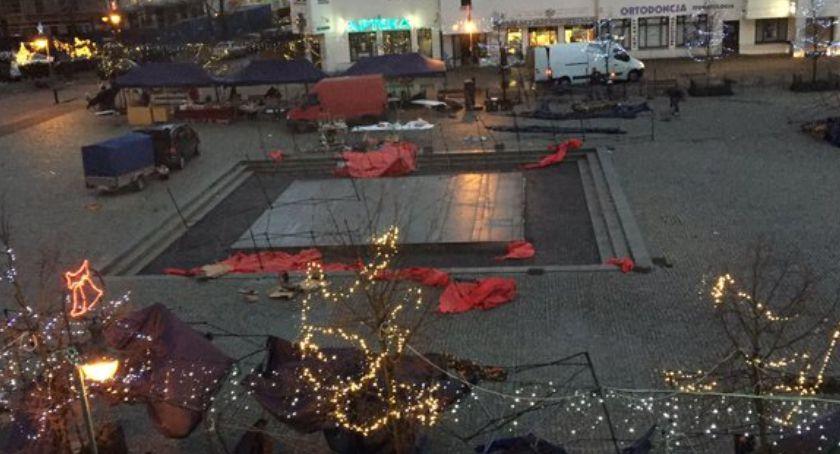Handel i usługi, Wiatr zdmuchnął Ursynowski Jarmark Świąteczny Dzielnica przegrała pogodą - zdjęcie, fotografia