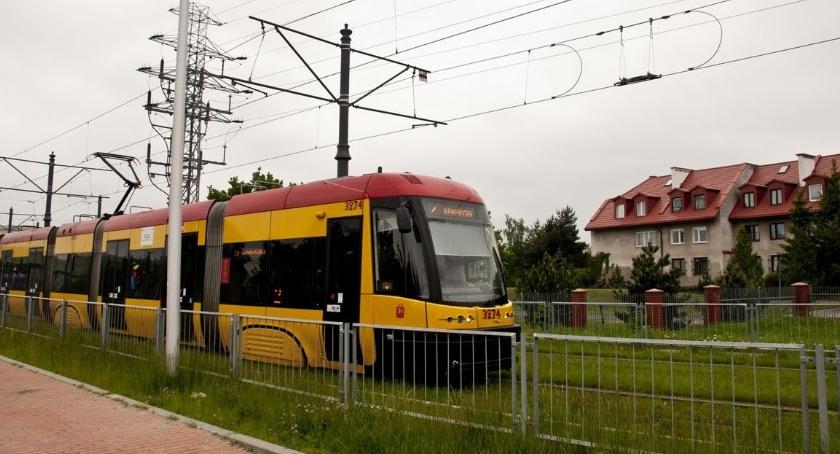 Tramwaje, Tramwaj Gocław wzdłuż Kanału Wystawowego wyciszonymi torami - zdjęcie, fotografia