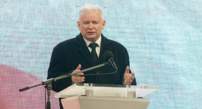 Polityka, Ostre przemówienie Jarosława Kaczyńskiego zakończenie wczorajszych obchodów [zdjęcia] - zdjęcie, fotografia