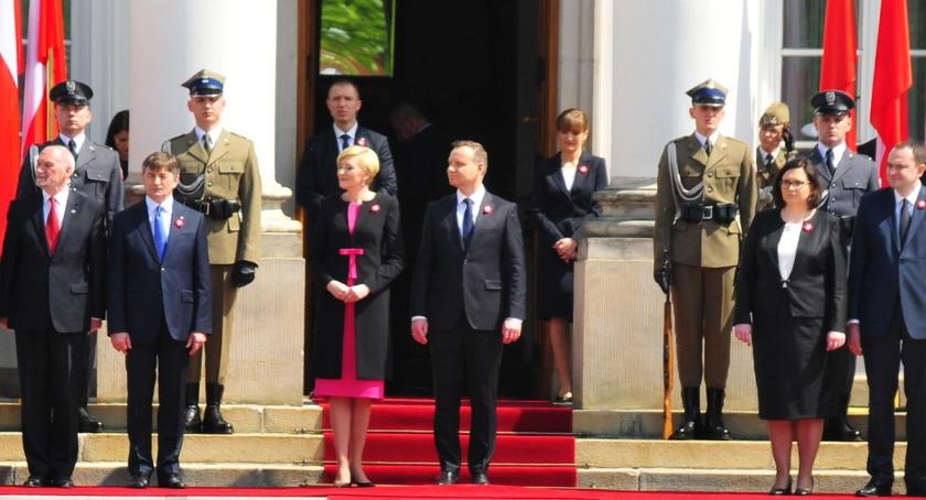Religia - kościoły - święta, Wystąpienie Prezydenta Flagi Polonii Polaków Granicą - zdjęcie, fotografia