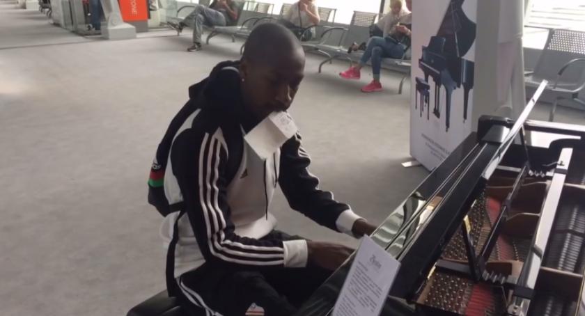 Koncerty - muzyka - płyty , Pomocnik Legii Steeven Langil koncertowo zagrał lotnisku Chopina - zdjęcie, fotografia