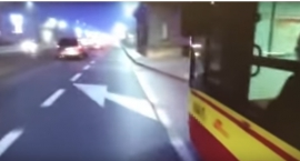 Kierowca autobusu potrącił rowerzystę na moście Poniatowskiego [wideo]