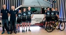 Zespół Volkswagen Samochody Użytkowe MTB Team na konferencji prasowej w Warszawie