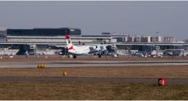 Ogromny samolot uderzył w lotniskowy rękaw na Okęciu