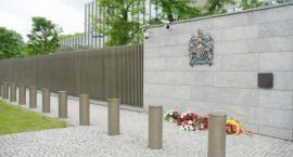 Premier Beata Szydło złożyła kwiaty pod Ambasadą Brytyjską po zamachu w Manchesterze