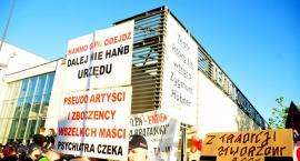 Demonstracje przed Teatrem Powszechnym [ZDJĘCIA]