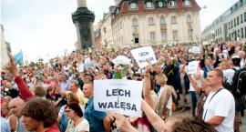 Gorąca atmosfera na Krakowskim Przedmieściu w 87 miesięcznicę smoleńską