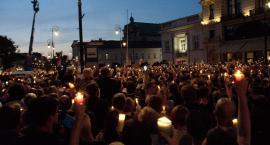 """Tysiące świateł na Krakowskim Przedmieściu """"w obronie wolnych sądów"""""""