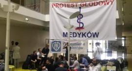 Trwa głodówka młodych lekarzy w szpitalu przy Żwirki i Wigury. Kolejna osoba zasłabła