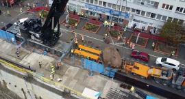 60-tonowy głaz wydobyty w centrum Warszawy [ZDJĘCIA i FILM]