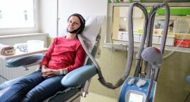 Terapia czepkiem w szpitalu przy Madalińskiego. Ratunek dla włosów w czasie chemioterapii