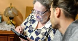 Ruszają testy programu teleopieki dla seniorów. To może naszym babciom i dziadkom uratować życie!