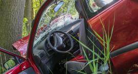 Samochód stoczył się na jezdnie. Zablokował pas