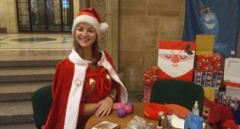 Pomocnica Świętego Mikołaja podczas tygodnia przedświątecznego w PKiN