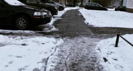 Jaka jest różnica między posypanym chodnikiem, a odśnieżonym? Najlepiej wiedzą to niepełnosprawni